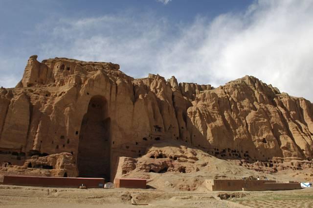 Francouzští vědci učinili v jeskynním komplexu v afghánském Bamyanu nedávno nečekaný objev. Na stěnách uvnitř jeskyní odkryli nejstarší olejomalby na světě. Neznámý malíř je stvořil během sedmého století našeho letopočtu.