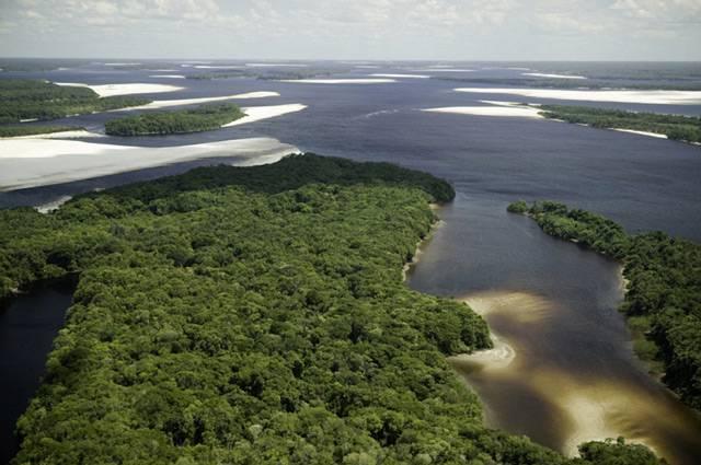 Nezbytnou podmínkou života je sloučenina kyslíku a vodíku (H20) - voda. Souhrn vod v oceánech, řekách, jezerech včetně podzemních a atmosférických vod se nazývá vodní obal Země – hydrosféra. Patří sem i voda v živých organismech, která tvoří 60 – 99,7 % jejich objemu. Největší množství vody má tekuté skupenství, přičemž přes 97 % celkových vodních zásob na planetě tvoří slaná voda mořská.