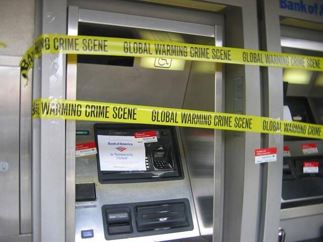 Čas od času se v médiích objeví zpráva, že nějaký šikula ukradl bankomat. Přijel s náklaďákem, bankomat naložil a zmizel. Samozřejmě, je to jedna z možností, jak přijít k penězům, ale vyžaduje celkem slušnou fyzickou kondici. Koneckonců, bankomat váží 600 kilogramů. Existují ovšem i sofistikovanější způsoby, jak vyzrát na bankomat.