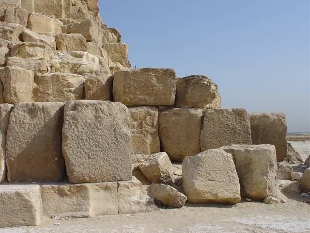 Kdo navštívil pyramidy v Egyptě, asi se podivil, jak monumentální stavby od období cca 4500 př. n. l. mohly vznikat. Stavěli je smrtelníci, anebo tu zanechaly stopy mimozemské síly? Ať je stavěl kdokoli, jak to dokázal?