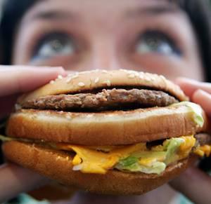 """Všichni víme, že vysoce kalorická strava je nezdravá. Kromě zvýšeného příjmu energie, která nás dokáže obalit tukovým polštářem však podle nejnovějších výzkumů může hrozit ještě další nebezpečí. Těžká jídla mohou totiž """"přenastavit"""" naše vnitřní hodiny – cirkadiální rytmy."""