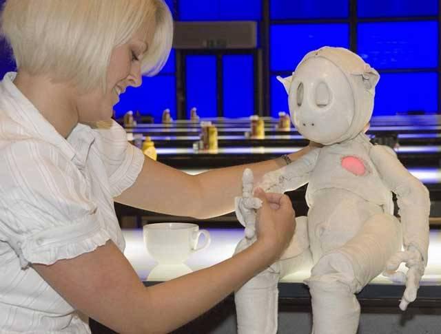 Emoce už nejsou výsadou jen živočišné říše. Zní to možná jako z laciného hororu, ale je to tak. Technologové ve Velké Británii vyvinuli robota, který dokáže projevovat své city.
