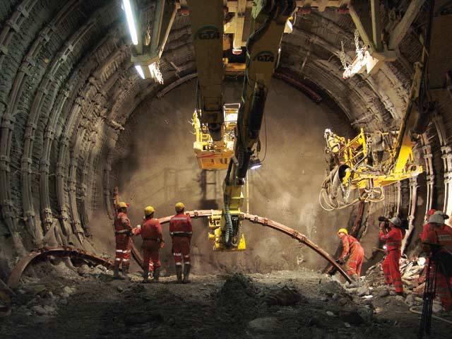Švýcaři odjakživa dělali vše proto, aby omezili silniční dopravu, která znečišťuje ovzduší a způsobuje zácpy. Švýcarsko tedy sází na železnici, avšak míst, kudy by mohla vést, v této hornaté zemi příliš mnoho není. 127 let stará trasa přes průsmyk sv. Gotharda je zcela vytížená a se zlepšením rozhodně nelze počítat.