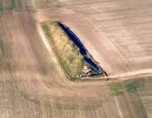 Jen málokterému archeologovi se v životě poštěstí přijít s nálezem, který ještě po letech dokáže přispět k lepšímu poznání již dobře prozkoumaných lokalit. Takové štístko měli nedávno britští vědci, kterým se podařilo v blízkosti veleslavného Stonehedge objevit neolitické mohyly. Napomohly jim k tomu internetové mapy.
