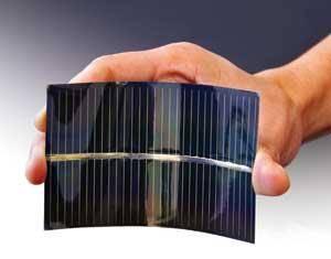 Plocha země obývaná lidmi se neustále zvětšuje a s ní přirozeně roste i plocha střech. Z energetického hlediska je to prozatím ladem ponechaná půda. Vědci se proto již dlouho snaží vyvinout levný a jednoduše aplikovatelný materiál, který by napomohl ke snadnějšímu získávání energie ze slunečního záření.