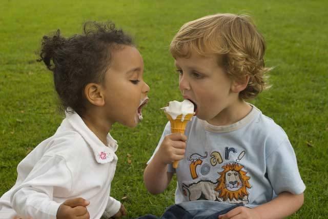 Co dětem chutná a nad čím spíše ohrnou nos? Odpověď na tuto otázku je důležitější, než by si asi řada z nás myslela. Stravovací návyky, které si osvojíme v dětství, se s námi táhnou často až do hrobu. Odborníci na výživu mají proto skutečně vážné důvody k tomu, aby si v chuťových preferencích dnešních dětí udělali pořádek.