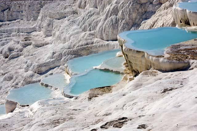 V jihozápadním Turecku, nedaleko města Denizli, se nachází jeden z přírodních divů světa. Jde o sněhobílé travertinové terasy s jezírky, naplněnými silně mineralizovanou vodou, připomínající obří porcelánové krajky.