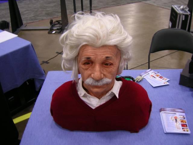 Tvůrci robotů, kteří se krůček po krůčku přibližují co nejvěrnějšímu napodobení lidí, dokáží tvář robotů přinutit, aby vytvářela řadu typických lidských grimas. V nedávné době se jim dokonce podařilo sestrojit robota, který se výrazům tváře dokázal sám naučit! Tvář nezískal ledajakou – v americkém San Diegu se usmívá sám Albert Einstein!