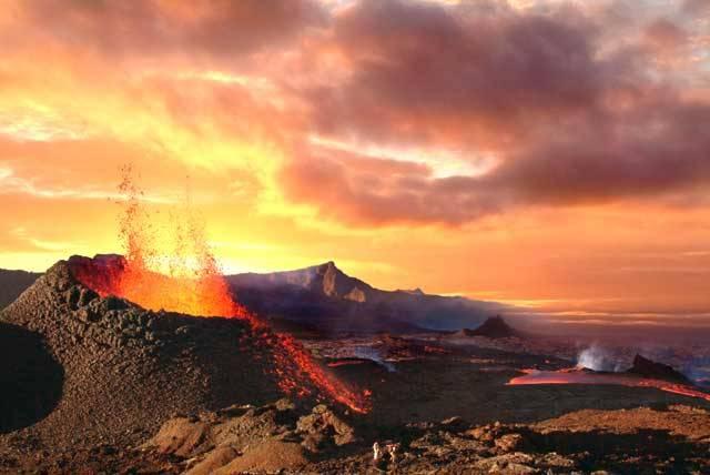 """Naše matička Země je stále geologicky velmi aktivní planetou. Právě její vnitřní """"život"""", který je nám většinou skryt, z ní dělá místo velmi příznivé pro život na jejím povrchu. Každá mince má však svůj rub i líc, a tak i vnitřní život naší planety dokáže ten, který bují na jejím povrchu, čas od času pořádně potrápit. Největší hrozbu pro něj představují takzvané """"supervulkány""""!"""