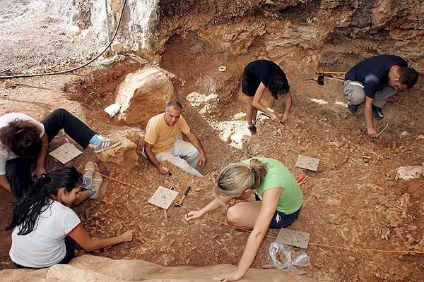 """V roce 1961 objevil 11 školák na Kypru zvláštní kostru, o které vědci brzy zjistili, že patří vyhynulému druhu trpasličího hrocha. Doba jeho vymizení se takřka přesně kryje s momentem, kdy se ostrově objevili první lidé. Je možné, že je dávní obyvatelé Kypru """"vyjedli""""?"""