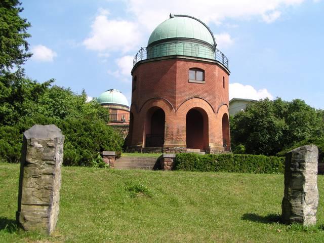 """Když se řekne """"hvězdárna"""", každý si představí budovy zvláštního tvaru s kopulkami a v nich různé dalekohledy, které používají hvězdáři pro svá bádání. Takový dojem má jistě většina návštěvníků observatoře Astronomického ústavu Akademie věd v Ondřejově. Jak ale ve skutečnosti probíhá dnešní špičkový výzkum vesmíru a jaké změny čekají ondřejovské pracoviště?"""