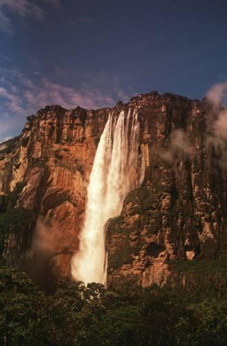 Národní park Canaima (španělsky Parque Nacional Canaima) byl založen v roce 1962 v jihovýchodní části Venezuely na hranicích s Brazílií a Guyanou. Jeho rozloha je 30 000km2, což odpovídá rozloze celé Moravy a ještě k tomu Jihočeského kraje.