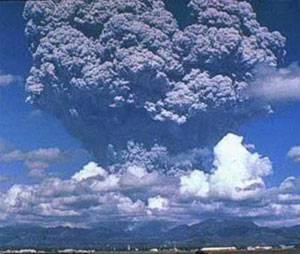 Obří sopečné erupce takzvaných supervulkánů dokáží čas od času planetárnímu klimatu pěkně zatopit. Výbuch supervulkánu Toba na Sumatře před 73 000 lety způsobil na indickém subkontinentu bleskovou dobu ledovou a vymetl z ní takřka všechny původní pralesy.
