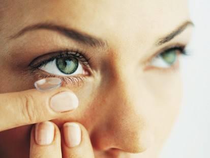Každý člověk, kterého vada zraku přinutila nosit dioptrické brýle, má v létě s ostrým sluníčkem malinko problémy. Naštěstí už asi 40 let existuje technologie, díky níž skla brýlí na slunci ztmavnou. Vytvořit něco takového i pro kontaktní čočky byl však mnohem větší oříšek.