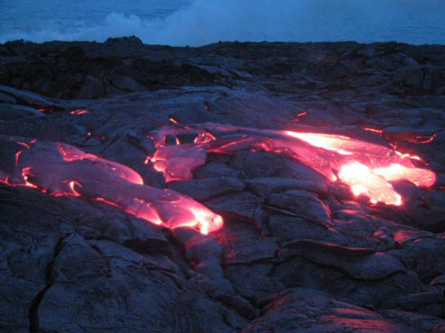 """Proud roztavených hornin se  dere na povrch nejčastěji v místech, kde se pod sebe podsunují litosférické desky. Jak ale vysvětlit vznik sopek uprostřed těchto desek? Odpovědí je teorii hlubinného magmatismu, takzvané """"plášťové chocholy"""". Tuto teorii se nedávno podařilo potvrdit americkým geologům."""