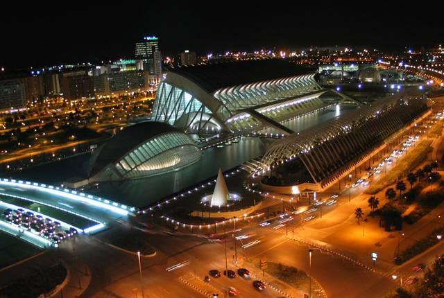 Neobvyklé futuristické budovy nemusí růst jen v Dubaji, jak se podle zpráv z mnoha médií může zdát. Leccos zajímavého mohou fanoušci moderní architektury najít i ve staré dobré Evropě. Například návštěvníci španělské Valencie si mohou prohlédnout Město umění a věd, ze kterého budoucnost přímo dýchá.