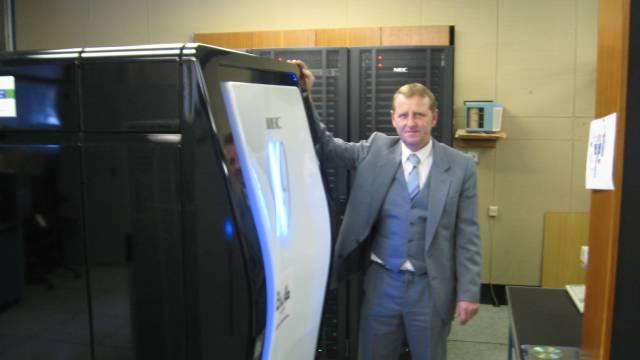K modelování procesů v různých vrstvách je zapotřebí obrovská výpočetní kapacita, která mnohonásobně překračuje možnosti běžných stolních počítačů. Nového spojence získali vědci z Českého hydrometeorologické ústavu. Superpočítači NEC SX-9 přezdívají Saxana.