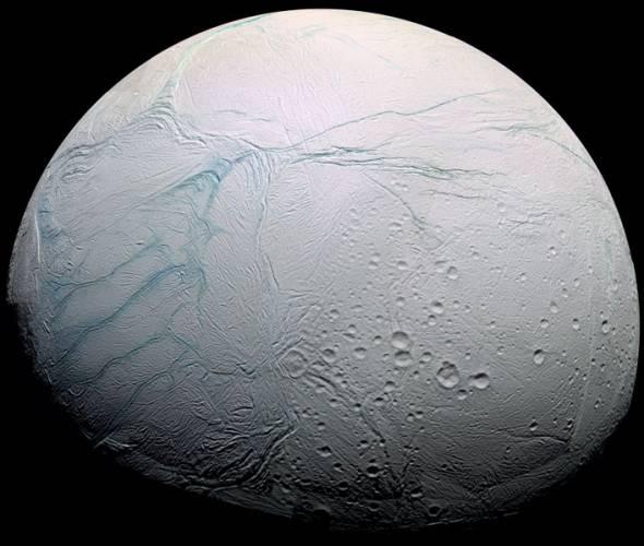 Některé měsíce obřích planet sluneční soustavy mohou skrývat podmínky vhodné pro vznik a udržení života. Nová data, která poskytla sonda Cassini o povrchu Saturnova měsíce Enceladu, napovídají ještě více.