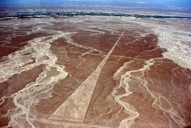 """Kultura Nazca, jejíž pozůstatky nacházíme v dnešním Peru, je známá především rozsáhlými obrazci vyškrábanými do sopečného tufu – geoglyfy. Britští archeologové nedávno přišli s teorií, proč tato kultura okolo roku 800 n. l.</p><p> """"záhadně"""" zmizela. Sama sobě totiž vykopala hrob svým nehospodárným přístupem k životnímu prostředí."""