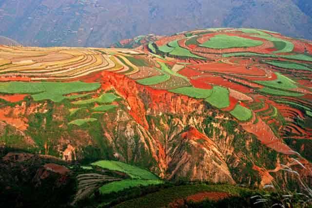 V naší rubrice Objektiv vám nabízíme působivý pohled na terasovitá rýžová pole v jihočínské provincii Yunnan. Vnitrozemská provincie, která je domovem 44 milionů obyvatel, sousedí na severozápadě  s provincií Tibet, na jihu se státy Laos a Vietnam.