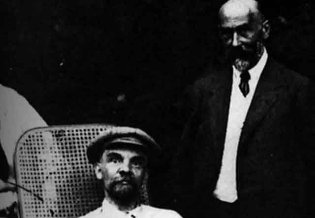 Od smrti profesionálního revolucionáře Vladimíra Iljiče Lenina uplynulo již téměř 90 let. Přesto se nad příčinami jeho odchodu ze světa dlouhou dobu vznášely otazníky. Tušilo se, že za Leninovým úmrtím mohla stát syfilis, ale vyslovení takové myšlenky nahlas by se rovnalo svatokrádeži. Až teď je definitivně jasno: Leninovi se skutečně stala osudnou zákeřná pohlavní nemoc.