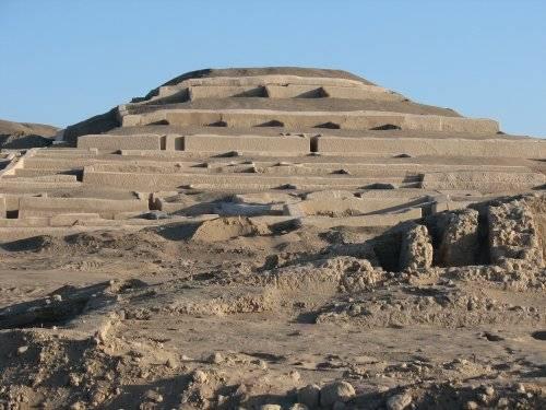 Pokušení stavět své stavby do jehlanovitého tvaru, tedy pyramidy, neodolali ani dávní obyvatelé Jižní a Střední Ameriky. Kanadští archeologové nedávno v Peru objevili zbytky po 1400 let staré pyramidě, která kupodivu sloužila nejen jako náboženské shromaždiště či pohřebiště, ale také jako bydlení pro vysoce postavené členy společnosti.