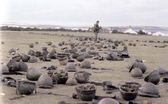 V roce 1980 proběhlo na jednom malém souostroví v jižním Atlantiku sčítání lidu. Sociologové zjistili, že populace této lokality činí 1849 lidí, kteří se mimo jiné starají o 650 000 ovcí. Nezdálo by se tedy, že se jedná o kdovíjak významné místo. Ale uplynuly pouhé dva roky a pozornost světa byla soustředěna právě sem, na Falklandské nebo také Malvínské ostrovy.