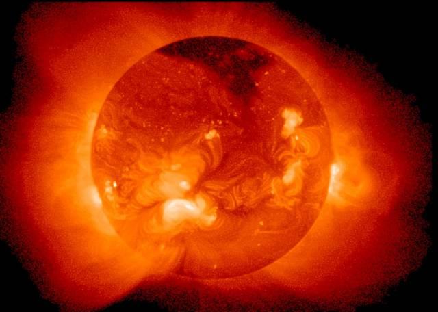 Britský fyzik Stephen West z prestižní University of London věří, že naše Slunce ukrývá hluboko pod svým povrchem temnou hmotu. Podle něj přispívá k ochlazování jeho jádra a následně i ke snižování povrchové teploty.