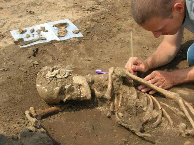 Jak změřit životní úroveň lidí z věků dávno minulých? Archeoložka a antropoložka Nikola Koepkeová z univerzity v německém Tübingenu si našla zajímavý klíč – lidské kosti. Podle nich se totiž nejlépe pozná kvalita výživy a nepřímo tedy i to, jak se lidem dříve žilo. Z rozsáhlého výzkumu vyšlo německým vědcům nejedno překvapení!