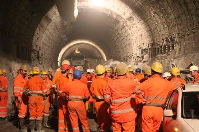 První dopravní tunel byl postaven již v roce 1670, zasloužili se o něj Francouzi. Od té doby po celém světě vyrostla tunelů celá řada, některé nudné, jiné ovšem na první pohled zaujmou – ať svým vzhledem, nebo historií s nimi spjatou. Redakce 21. STOLETÍ pro vás vybrala ty nejzajímavější z nich.