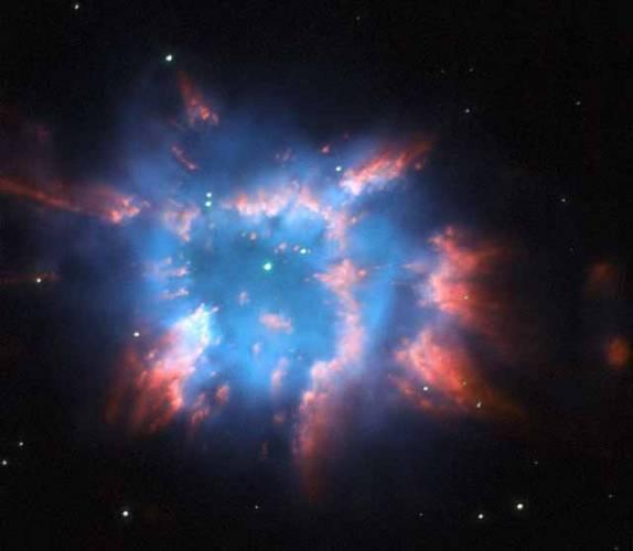 Hubbleův vesmírný teleskop zachytil kamerou WFPC2 tento jedinečný obraz, snímek planetární mlhoviny NGC 6326 v souhvězdí Altar (Oltář), okolo 11 000 světelných let od Země.