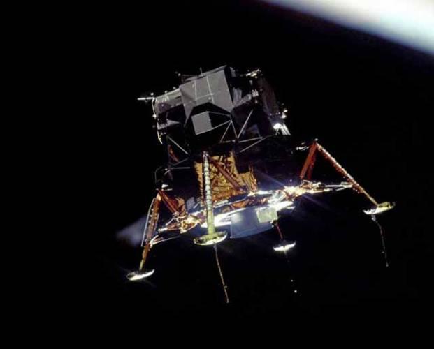 Astronauti, kosmonauti i jiní vesmírní cestovatelé nejsou žádní chladní roboti. Stejně jako my mají lidské potřeby, touží po pohodě. Milé chvíle dokáže navodit i hudba. Copak na pouti v nekonečných hlubinách vesmíru asi poslouchají? 21. STOLETÍ to ví!