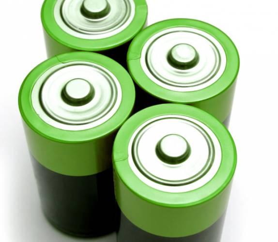 Potěšující zpráva se do světa rozšířila z Massachusetského technologického institutu (MIT) v USA. Tamním vědcům se podařilo prodloužit životnost lithiových baterií. A to razantním způsobem. Použití nových technologií způsobí, že bateriím se jejich životnost prodlouží desetinásobně.