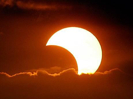 V úterý 4. ledna 2011 v dopoledních hodinách před zraky miliónů Evropanů Měsíc částečně zakryje sluneční kotouč. Půjde o největší částečné zatmění v České republice po 8 letech a nejvýraznější svého druhu až do roku 2026. Na našem území se bude velikost zatmění v jeho největší fázi pohybovat kolem 79 procent.