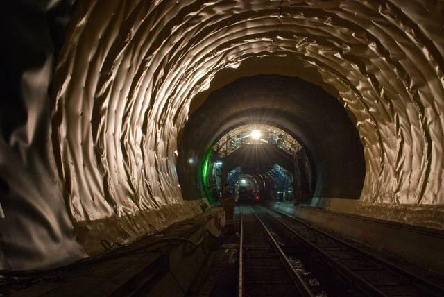 Koncem roku 2017 bude otevřen nejdelší železniční tunel na světě, vedoucí pod alpským Gotthardským masivem. Stavba 57 kilometrů dlouhého tunelu byla zahájena testovací ražbou už v roce 1993 a oficiální zahájení stavby bylo v roce 1996. Souběžně se buduje 5 tunelových úseků. Redakce 21. STOLETÍ měla unikátní možnost podívat se přímo na stavbu tohoto díla, které je považováno za jeden z nejúžasnějších inženýrských projektů světa.