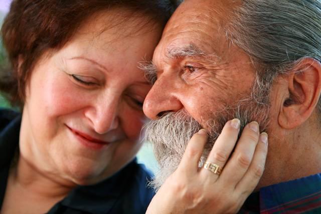 Studie mezilidských vztahů prokázaly, že lidé se silnějšími a pevnějšími sociálními vazbami se dožívají v dobrém zdraví vyššího věku. Nová studie sociálních vztahů mezi paviány dokázala totéž. Výzkum tak potvrzuje hypotézu, že schopnost vytvářet přátelské vztahy je adaptace s hlubokými evolučními kořeny.