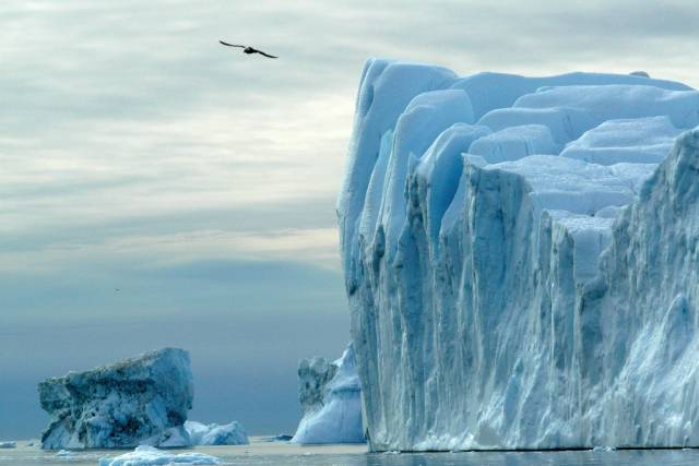 Poslední průzkumy naznačují, že teplá léta nemusí pro grónský ledovec znamenat pohromu. Roztátá voda totiž ve skutečnosti napomáhá ledovci brzdit jeho pohyb směrem k oceánu. Během chladnějších období má pak ledovec více příležitostí své ztráty dohnat.