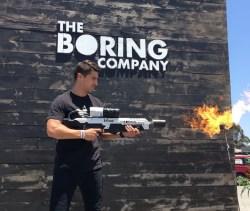 Žhavé léto podle Elona Muska: Tisícovka lidí už dostala plamenomety Boring Company