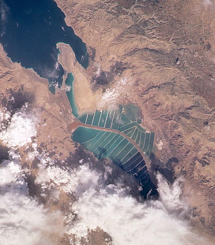 Český projekt Arava Valley má zvýšit kriticky nízkou hladinu Mrtvého moře vIzraeli. A současně přeměnit pouštní údolí Arava o rozloze 10000 kilometrů čtverečních tak, aby budoucí 2 milióny jeho obyvatel získaly novou úrodnou půdu sdostatkem pitné vody, energetickou soběstačnost a daleko příznivější klima.