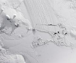 Na Antarktidě se od ledovce odtrhla obří ledová kra!