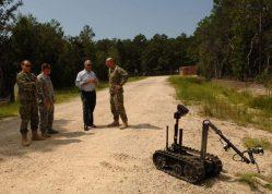 Autonomní robot jako přehlížený spolubojovník: Důvěru vojáků v technologii má obnovit společný výcvik