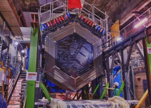 Kód v neutrinovém paprsku