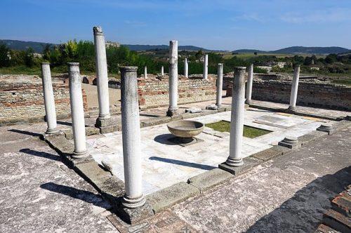 Pozůstatky starořímské pevnosti v osadě Gamzigrad, autor: Pavle Marjanovic - wikipedia.org