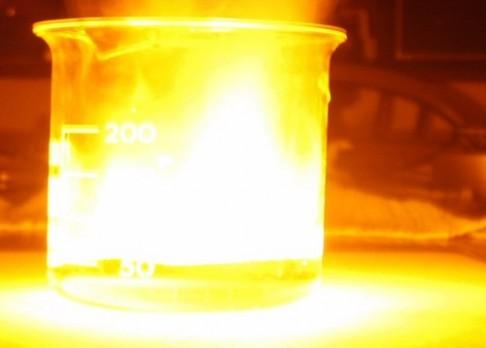 Proč sodík ve vodě vybuchuje?