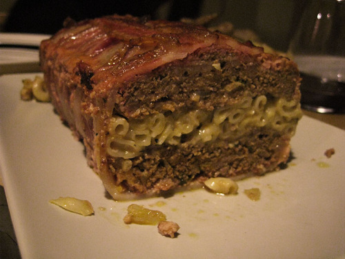 Bolo de carne enrolado em bacon com uma camada de macarrão e queijo