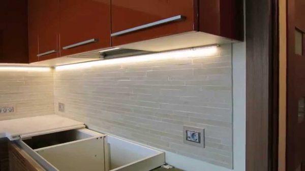 Светодиодная подсветка отличается функциональностью и простотой монтажа