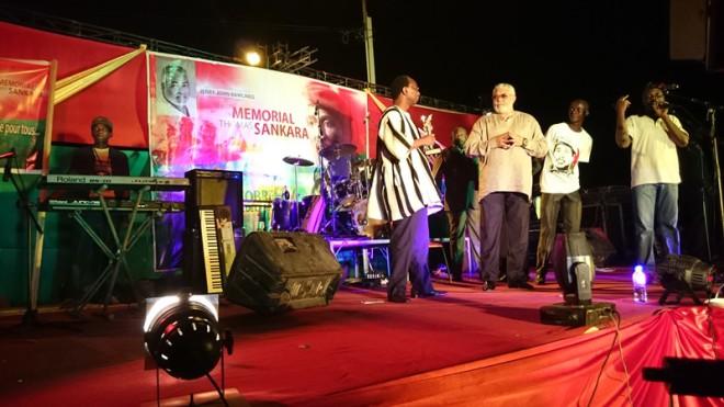 Auguste Dénise Barry remettant le flambeau de la Révolution à l'ancien président Ghanéen Rawlings