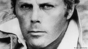 Inkurajim në çastin e duhur Në 1966 i riu Armani u njoh në Milano me shokun e tij të jetës Sergio Galeotti. Arkitekti ishte ai që e inkurajoi krijuesin e modës për të hapur studion e tij në Milano. Në vitin 1975 ata themeluan shtëpinë e modës Giorgio Armani. Pas vdekjes së Galeottit në vitin 1985 Armani mori edhe pjesën e tij prej 50% të aksioneve të firmës duke u bërë që nga ajo kohë menaxheri i vetëm i kësaj marke.