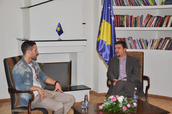 Ministri i Kulturës, Rinisë dhe Sportit i Kosoves Memli Krasniqi ka pritur në një takim futbollistin shqiptar nga Maqedonia, Shkodran Mustafi