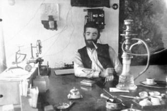 Telegrafisti në zyrën e tij të postë telegraf telefonit në Ersekë, në mesvitet '20.
